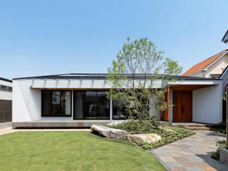 garden house with garage モダンな 家 の 株式会社moKA建築工房 モダン