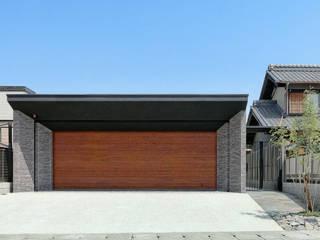 garden house with garage モダンデザインの ガレージ・物置 の 株式会社moKA建築工房 モダン