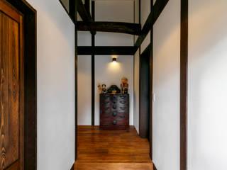 多治見の古民家リノベーション モダンスタイルの 玄関&廊下&階段 の 株式会社moKA建築工房 モダン