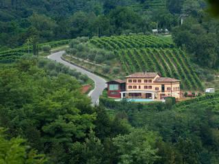 Strutture ricettive esclusive immerse nella natura.: Hotel in stile  di DEODARA
