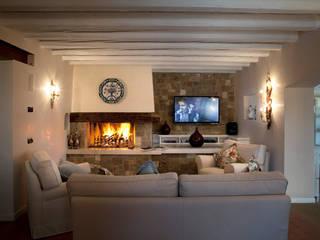 ...in ambienti creati per allietare ogni vostro momento di relax...: Hotel in stile  di DEODARA