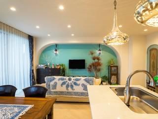 Ruang Keluarga oleh QUALIA, Mediteran