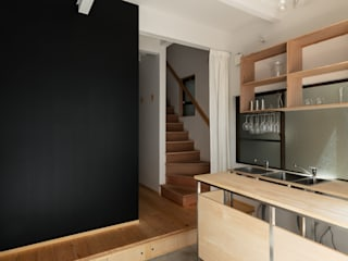 Pasillos, vestíbulos y escaleras de estilo minimalista de coil松村一輝建設計事務所 Minimalista