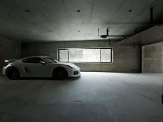 GHK: キューボデザイン建築計画設計事務所が手掛けたガレージです。