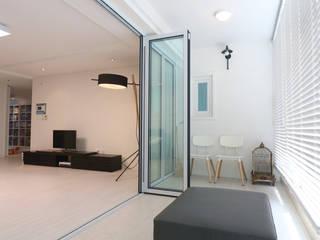 Modern style balcony, porch & terrace by 블랑브러쉬 Modern