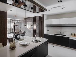 Cocinas de estilo moderno de 築川設計 Moderno