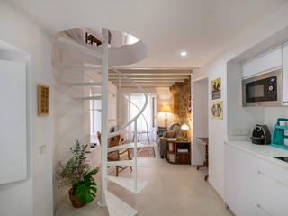 REHABILITACIÓN DE EDIFICIO PARA DOS VIVIENDAS: Salones de estilo  de pxq arquitectos