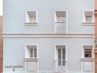 REHABILITACIÓN DE EDIFICIO PARA DOS VIVIENDAS: Casas multifamiliares de estilo  de pxq arquitectos