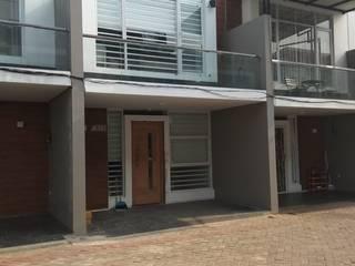 Renovasi Rumah - fasad:  Rumah by Dekapolis Design
