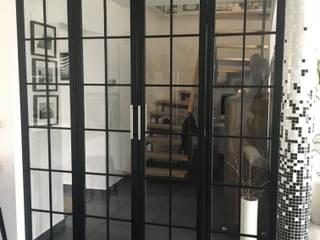 Stahlrahmentür Wohnhaus:   von Makhaya Design