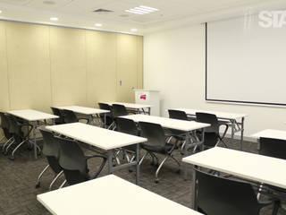 Sala de capacitaciones Soluciones Técnicas y de Arquitectura Oficinas y Tiendas Blanco