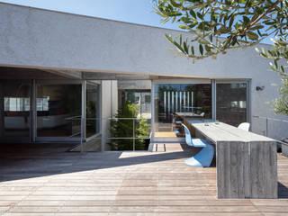 Балкон и терраса в стиле модерн от 庄司寛建築設計事務所 / HIROSHI SHOJI ARCHITECT&ASSOCIATES Модерн