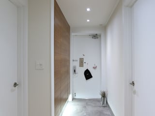 Scandinavian style corridor, hallway& stairs by 더집디자인 (THEJIB DESIGN) Scandinavian