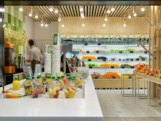 Fresh & Go. Design of a fresh bar Gastronomia in stile minimalista di YUDIN Design Minimalista