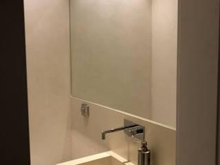 lavabo apartamento Leblon - Rj: Banheiros  por Claudia Saraceni
