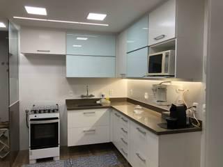 cozinha apartamento barra da Tijuca: Armários e bancadas de cozinha  por Claudia Saraceni