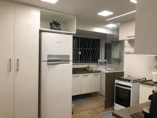 cozinha apartamento Barra da Tijuca - RJ: Armários e bancadas de cozinha  por Claudia Saraceni
