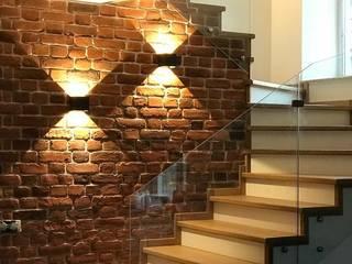 Облицовка лестницы со стеклянным ограждением: Лестницы в . Автор – АКБдизайн, Классический