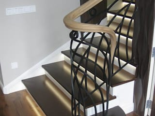 Облицовка бетонной лестницы с кованным ограждением: Лестницы в . Автор – АКБдизайн, Классический