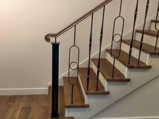 деревянная классическая лестница: Лестницы в . Автор – АКБдизайн, Классический
