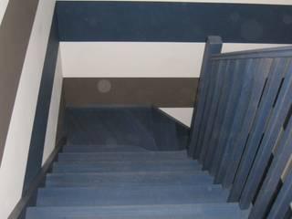 деревянная лестница в квартире: Лестницы в . Автор – АКБдизайн, Классический