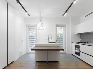 CUCINA RISTRUTTURAZIONE AVENTINO Cucina minimalista di MINIMA Architetti Minimalista