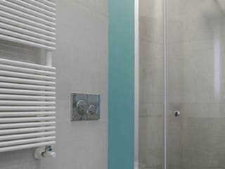 """BAGNO """"DIAGONALE"""" Bagno minimalista di MINIMA Architetti Minimalista"""