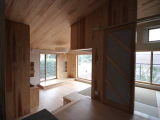 段層のいえ モダンデザインの リビング の u.h architects モダン