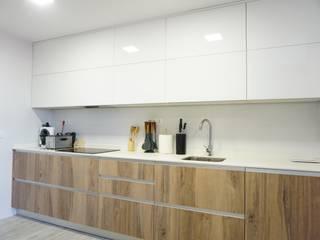 Reforma integral de un piso en Madrid : Cocinas integrales de estilo  de GRUPO STYLO REFORMAS Y DECORACIÓN en Madrid