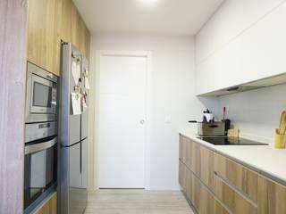 Reforma integral de un piso en Madrid : Cocinas integrales de estilo  de GRUPO STYLO REFORMAS Y DECORACIÓN S.L.