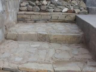 Escalones de mampostería: Escaleras de estilo  por Trevalo Urbanizaciones y Construcciones