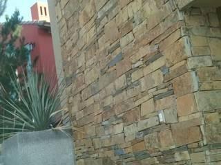 Facha de mampostería: Casas multifamiliares de estilo  por Trevalo Urbanizaciones y Construcciones