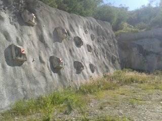 Muro de seguridad de concreto con refuerzos.:  de estilo  por Trevalo Urbanizaciones y Construcciones