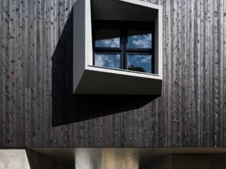 Hafye: キューボデザイン建築計画設計事務所が手掛けた窓です。