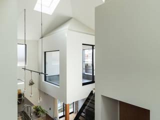 四つ角の家 山本嘉寛建築設計事務所 YYAA モダンデザインの リビング 無垢材 白色