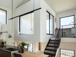 四つ角の家 山本嘉寛建築設計事務所 YYAA モダンデザインの リビング 木 ブラウン