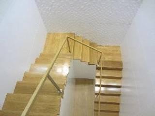 Escada de acesso à Administração: Escritórios  por Cristina Emílio Arquitecta