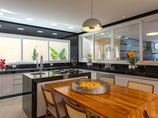 مطبخ ذو قطع مدمجة تنفيذ Designer de Interiores e Paisagista Iara Kílaris,