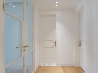 Classic style corridor, hallway and stairs by 더집디자인 (THEJIB DESIGN) Classic