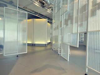 """Tentoonstellingsinriching voor Villa Zebra """"Ticket to de Toekomst"""": modern  door Studio Made By, Modern"""