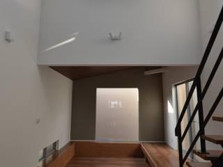 吹き抜けの家 モダンデザインの リビング の 33.一級建築士事務所 モダン