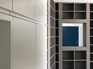 Villa Biot Couloir, entrée, escaliers modernes par Deux et un Moderne