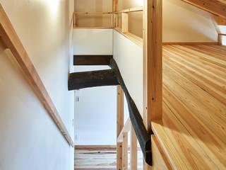 鎌倉の住まい_古材を使った和モダンデザイン: タイラ ヤスヒロ建築設計事務所/yasuhiro taira architects & associatesが手掛けた階段です。