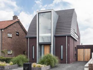 Nieuwe luxe woning:  Huizen door Bouwbedrijf Lelieveldt, Modern