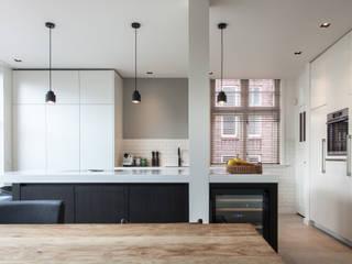 Verbouwing en uitbouw stadswoning Moderne keukens van Bouwbedrijf Lelieveldt Modern