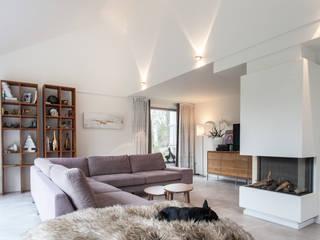 Verbouwing en uitbreiding villa Heilig Landstichting:  Woonkamer door Bouwbedrijf Lelieveldt, Modern