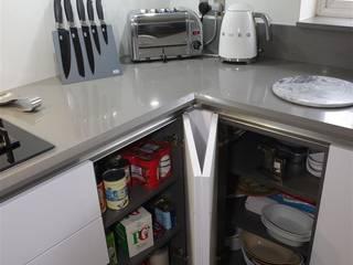 Handle less Polar white kitchen with Gris expo surfaces Nhà bếp phong cách hiện đại bởi PTC Kitchens Hiện đại