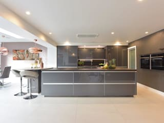 Mr & Mrs O'Hare Diane Berry Kitchens Modern kitchen گلاس Grey
