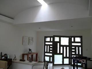 Iluminación natural y detalles Pasillos, vestíbulos y escaleras rústicos de Arquitectura OM Rústico