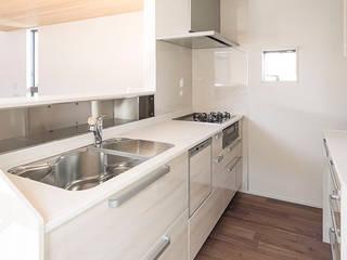 明るい対面式キッチン: 三浦尚人建築設計工房が手掛けたシステムキッチンです。